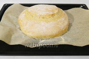Выпекаем паляницу с паром при температуре 190°C 10 минут. Для этого на низ духовки ставим пустой противень с бортами, отдельно кипятим воду. В разогретую духовку ставим хлеб и в нижний пустой противень выливаем кипяток. Через 10 минут достаем противень с водой, коротко проветриваем духовку и печём хлеб ещё 40 минут.