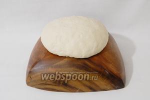 Тесто выкладываем на рабочую поверхность и интенсивно вымешиваем 10 минут до его блеска и шелковистости. Даже вымешанное тесто будет слегка липнуть к рукам, поэтому не спешите набивать его мукой.