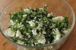 Раскрошить сыр вилкой, добавить измельчённый шпинат и перемешать. Начинка готова.