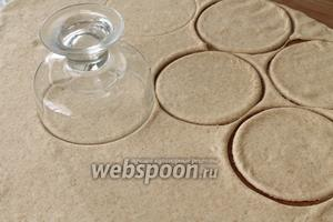 Тесто раскатать в пласт средней толщины. При помощи конфетницы или пиалы вырезать кружки.