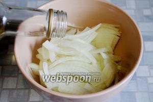 Залить яблочным (или любым другим) уксусом, разведённым водой (по желанию). Дать постоять не меньше 10-15 минут.