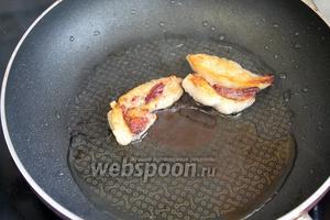 Приготовить заправку: вытопить бараний жир (или разогреть масло).