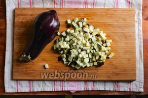 Баклажаны порежьте на ломтики толщиной 1 см, а затем порубите на кубики 1 на 1 см.