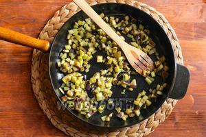 Разогрейте в сковороде 3 ст. л. оливкового масла на среднем огне и обжарьте баклажаны до золотистости. Не лейте в сковороду масла больше, чем указано в рецепте, иначе паста станет очень жирной. Баклажаны имеют свойство быстро впитывать много масла, но по мере приготовления они уменьшаются в размере и выпускают масло.