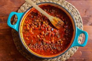 Поставьте соус на средний огонь и когда соус закипит, уменьшите огонь и томите его без крышки в течение 15 минут. Посолите соус, попробуйте, если соус кисловат добавьте сахар. Измельчите 3 веточки базилика и добавьте в соус.