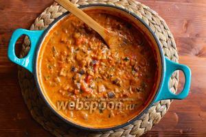 Теперь влейте сливки в соус, перемешайте и увеличьте огонь, когда соус закипит снимите сковороду с огня и попробуйте на соль.