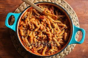 Когда соус будет готов, смешайте отваренные макароны с соусом и немедленно подавайте на стол, украсив листиками базилика. Приятного аппетита!