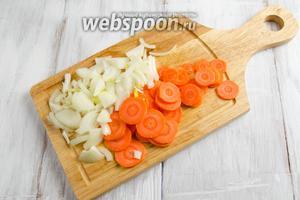 Лук очистить. Вымыть. Нарезать крупными дольками. Морковь очистить. Вымыть. Нарезать тонкими кружочками.