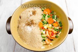 Добавить к овощам пшеничную крупу, соль, кориандр.