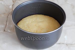 Проверяем готовность кекса зубочисткой: если сухая, значит выпечка готова.