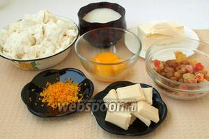 Для приготовления творожной пасхи нам понадобится домашний жирный творог, сливочное масло, сахар, желтки от 3 яиц, белый шоколад, лимонная или апельсиновая цедра, цукаты и изюм.