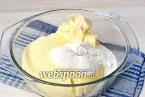 Соединить молочно-яичную массу, сахарную пудру, ванильный сахар, мягкое сливочное масло.
