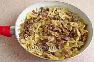 Это блюдо лучше всего подходит для макаронных изделий. Для этого следует отварить макароны до готовности, выложить их в желудочки с соусом и перемешать.