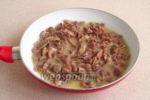 Тушить желудочки под крышкой до мягкости на слабом огне (около 1,5 часа). На дне сковороды должно остаться немного жидкости, содержащей клейдающее вещество, за счёт чего не требуется дополнительного загущения соуса.