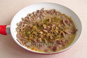 Блюдо посыпать овощной приправой и потушить ещё 5 минут.
