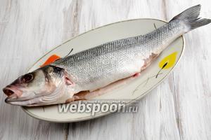Рыбу почистить, выпотрошить (очень аккуратно удалить жёлчный пузырь, чтобы не испортить вкус рыбы), удалить жабры, глаза. Срезать плавники. Вымыть под холодной водой. Обсушить льняной салфеткой.