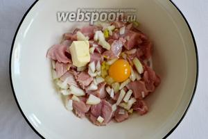 Выкладываем в миску филе, лук, масло, яйцо, сливки.