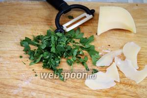 Для заправки настругать пармезан, листочки которого укладывать в тарелку вместе с кусочками поджаренной печёнки. Пармезан вносит пикантную нотку, а печёнка делает блюдо сытнее. Если хотите иметь более грибной вкус — поджарьте несколько целых небольших грибков и заправьте похлёбку.