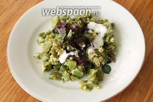 Готовое блюдо подавать, посыпать свежим базиликом и чесночно-йогуртовым соусом.