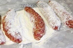 Сформовать колбаски, запанировать их в муке.