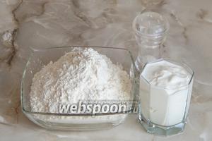 Итак, для приготовления пельменного теста на сметане нам понадобятся: сметана, мука пшеничная и соль.