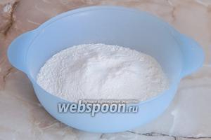 В миску, где планируется замешивать тесто, просеиваем муку (где-то 3/4 от всей массы) и добавляем к ней соль.