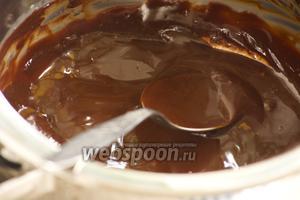 Шоколад порубить в крошку, залить очень горячими сливками, соединёнными с сахарной пудрой. Дать постоять 2 минуты. Перемешать. Добавить масло. Снова перемешать.