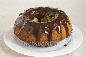 Готовой шоколадной глазурью полить сверху остывший кекс.