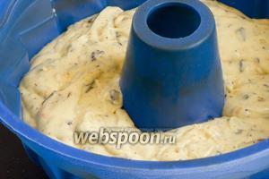 Перемешать, выложить тесто в форму для выпекания кексов.