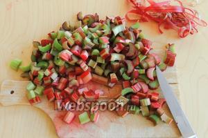 Ревень нарежем на небольшие кусочки, если есть твёрдая шкурка, то отрываем, а листовые концы обрезаем. Как правило, красный ревень не очищается.