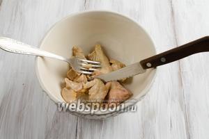 Печень трески вынуть из масла. С помощью ножа и вилки измельчить кусочками.