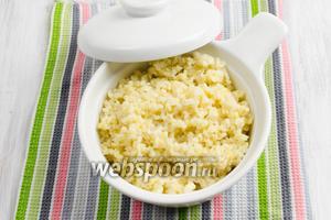 Переложить кашу в керамическую кастрюльку. Накрыть крышкой. Подавать горячей на завтрак, обед или на ужин с добавлением мёда, сухофруктов.