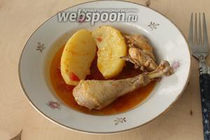 Подаётся бозбаш в глубоких порционных тарелках так: на одну порцию кладётся два кусочка картофеля и 2-3 кусочка мяса, а сверху заливается бульоном, в который обмакивается хлеб.