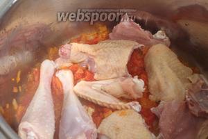 Положить в кастрюлю с томатно-луковой поджаркой кусочки курицы и периодически помешивая, подержать на огне минут 4-5, чтобы мясо схватилось. Огонь всё время должен быть средним.