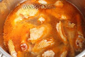 А теперь влить в кастрюлю холодную(!) воду, так чтобы жидкость частично покрывала мясо. На курицу весом 700 грамм я положила 600 мл воды. Если у вас старая несушка, то воды нужно взять больше и варить дольше, чтобы мясо успело приготовиться. Закрываем крышку кастрюли и доводим до кипения на среднем огне.