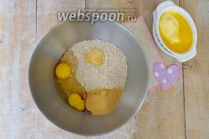 Добавить сахар, мёд, яйца, цедру лимона и соду. Загасить лимонным соком, перемешать, влить подтопленное масло. Перемешать.