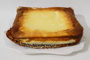 Готовый сырник полностью охлаждаем и вынимаем из формы для выпечки.