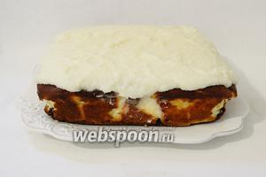 Остывший кокосовый крем выкладываем на сырник ровным слоем. И оставляем в холодильнике для полного застывания кокосового слоя.