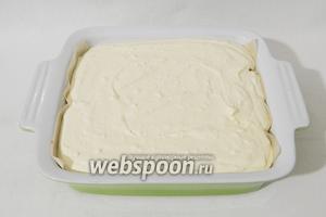 Творожную массу выкладываем ровным слоем на тесто.
