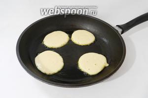 В сковороду выливаем небольшое количество подсолнечного масла, хорошо разогреваем и выкладываем туда по столовой ложке теста.