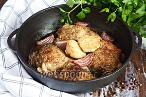 Запечённые куриные бёдра с красным луком