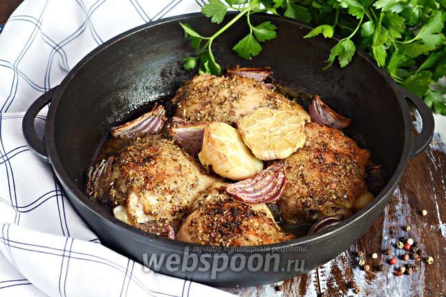 Фото Запечённые куриные бёдра с красным луком