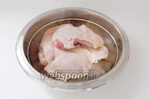 Куриные бёдра промываем под проточной водой, обсушиваем бумажными салфетками, обрезаем лишнюю кожу.