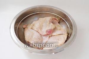 Затем бёдра натираем солью и перцем.