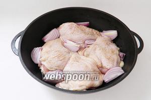В форму для выпечки или чугунную сковороду складываем мясо, лук.