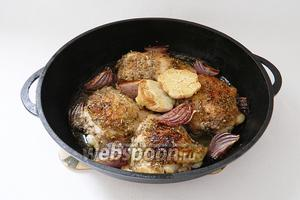 Запекаем куриные бёдра при температуре 220°C 25 минут. До готовности мяса. Подаём сразу же. Приятного аппетита!
