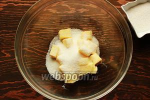 Масло (комнатной температуры) взбить с половиной нормы сахара в пышный крем.