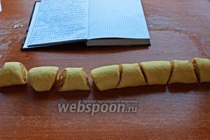 Разрезать на булочки по диагонали: широкая сторона — 5 см, узкая — 2 см.