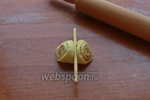 Перевернуть булочки на широкую сторону и прижать посередине пальчиком.