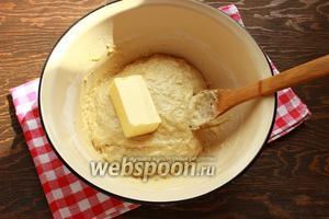 Вмешать масло (размягчённое). И постепенно подсыпать муку, до того момента, пока тесто не перестанет липнуть к рукам и посуде.  У меня ушло ровно 700 г муки.